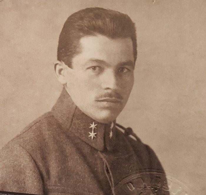 A tótvázsonyi Kőpataki (Steinbach) Antal 1890-ben született. Gyermekkorában gyakran tartózkodott Balatonfüreden, szülőföldjének tekintette a várost. Katonasága alatt, kiváló német nyelvtudása miatt Ferenc Ferdinánd trónörökös szolgálatába osztották be. 1914. június 28-án, Szarajevóban jelen volt a trónörökös elleni merényletnél.